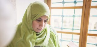beautiful-muslim-young-woman-inside-the-mosque-reading-holy-book-koran_rtOBPwTrj_SB-e1558548521352.jpg