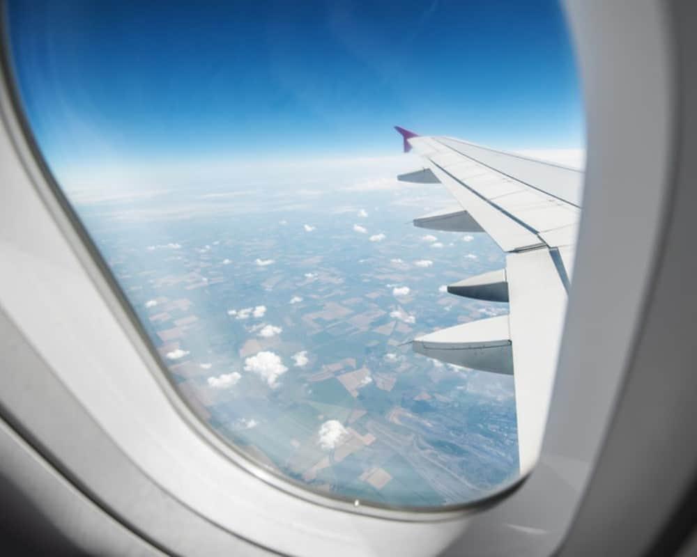 airplane window view_canstockphoto14983193 1000x800