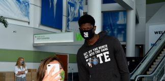 Mo-Bamba-With-Voter-Selfie-Photo-Credit-Gary-Bassing-Orlando-Magic-1000x800-1.jpg