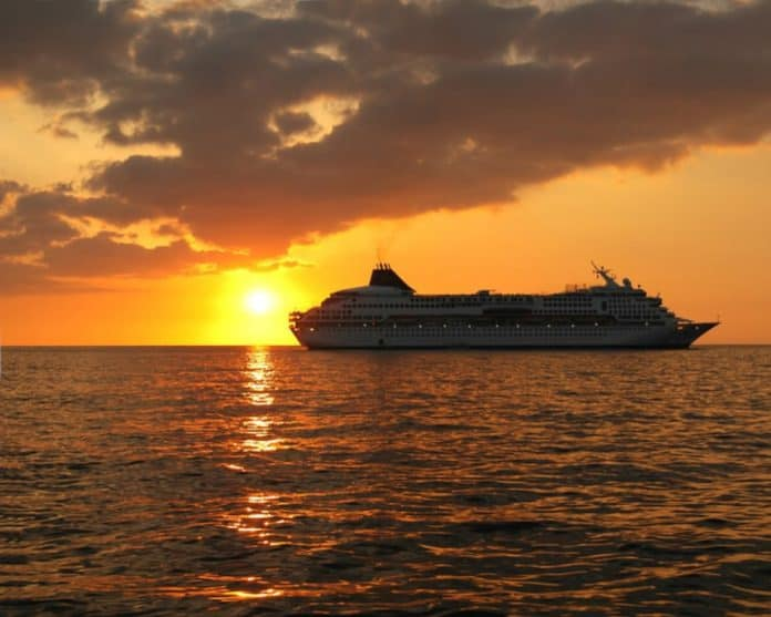 cruise ship_canstockphoto600228 1000x800